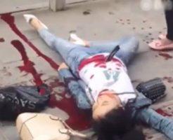 【グロ 動画】女の子に包丁ブっ刺してからおっさん同士が血まみれの刺し合いする事件映像がヤバ過ぎて漏らしそう・・・