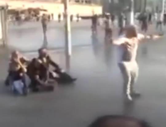 【衝撃映像】デモ・暴動鎮圧用の放水砲の威力をブチギレおじさんが体を張って教えてくれたゾ!!