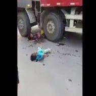 【グロ動画】母親 → 全身を強く打って、子供 → 頭を強く打ちの悲惨な事故現場・・・