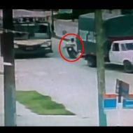 【閲覧注意】15歳少年、トラックとバスの間すり抜けうえーいwwwからの頭粉砕 ※動画