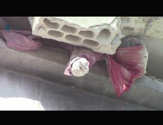 【衝撃映像】空爆されてめちゃくちゃになったシリアから3階と1階にサンドイッチされた女の子をご覧ください。