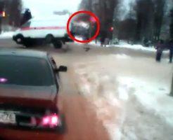 【衝撃映像】救急車の事故でぶっ飛んでく患者がコントみたいで不謹慎だけど草生えるw