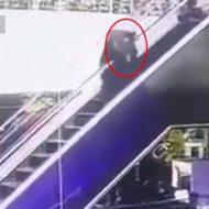 【閲覧注意】 我が子を12メートル下に落として殺してしまう一生悔やまれる瞬間がこれ ※動画