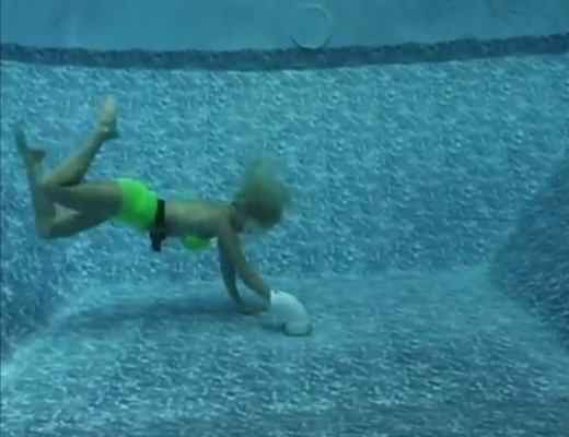 【閲覧注意】プール排水口に吸い込まれた美女がもがきながら水死するまで見守るスレはコチラ ※動画