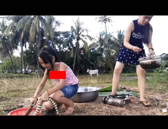 【グロ注意】JSさんが目の前で手作り料理してくれたんだが食材がヘビというカオス ※動画