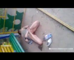 【レ●プ?】酔っ払い?美女が股間丸出しで寝てたら保存したくなる気持ち分かりますねw ※動画