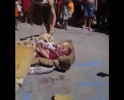 【グロ動画】ブラジルの刑務所さん 嫌いな奴を布団に縛りつけてから火を付けて永遠の眠りを提供した模様w ※閲覧注意
