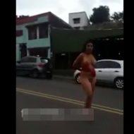 【路上露出】性の喜びを知ってしまったヤク中女の子 セックスした過ぎて道路の中心でチンコ探しwww ※無修正エロ動画