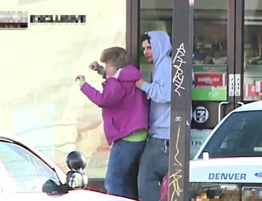 【衝撃映像】強盗犯が人質を取って金要求→ 警察「そんなババア助けるために金払うかよwてかもう撃ってよし」→結果