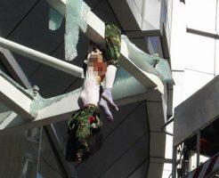 【少女 死体】高層ビルから飛び降りた女の子 途中で引っかかって薄着の曲線晒される痛恨のミスw ※グロ画像