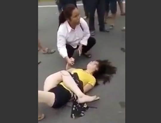 【衝撃映像】路上で女の子が生足でセクシーポーズ決めてるだって!撮影しなきゃ(使命感)→事故で生足が明後日の方向いてて全然興奮しなった件・・・※閲覧注意