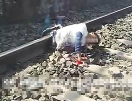 【グロ動画】早く助けてクレメンス・・・電車に轢かれ半分になった人を助けないで撮影し続けられた個人映像が鬼畜過ぎ・・・※閲覧注意