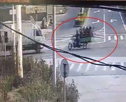 【衝撃映像】このバイクで何人乗れるかやるで!9人乗って走るもトラックと正面衝突でみんな吹き飛んでいく瞬間が草w※閲覧注意
