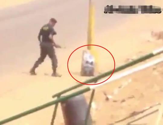 【爆発映像】凄くラフな服装で爆弾を調査する警察さん 案の定爆発し肉塊になった模様w ※グロ動画
