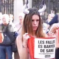 【ご褒美映像】闘牛反対の動物愛護団体さん 抗議方法は取りあえずおっぱい見せて赤くすればいいという風潮一理無いw ※エログロ動画