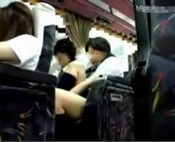 【JKエロ】修学旅行のバス内で横同士になったカップルさん 我慢できずに脱がしながら生乳まさぐりっているところを盗撮される痛恨のミスw ※エロ動画