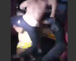 【衝撃映像】女の子に男達が一斉にダイブしたり服破いていく様子が完全にぶつかり稽古で草場えるwww
