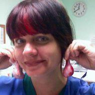 【グロ画像】医学部の女子大生達が解剖しながらキンタマでイヤリング作ってるんやがw これってどうなのぉ~????? ※閲覧注意