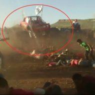 【衝撃映像】これは完全に壊れるなぁ~ 暴走したモンスタートラックに轢かれ20killされた見物人達をご覧ください ※閲覧注意