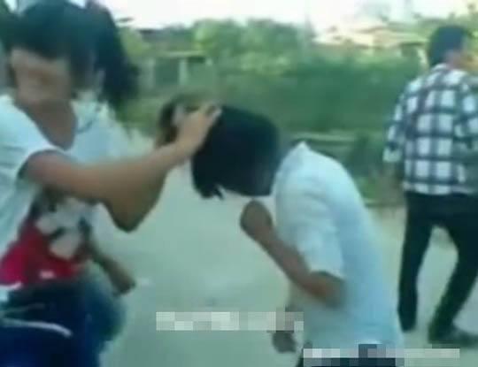 【閲覧注意】中学生くらいの女子のリアルいじめ動画!最後はやっぱり脱がせるのな…