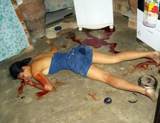 【エログロ】ギャングの子供を妊娠した18歳女の子 抗争に巻き込まれて死んで横乳晒される ※グロ画像
