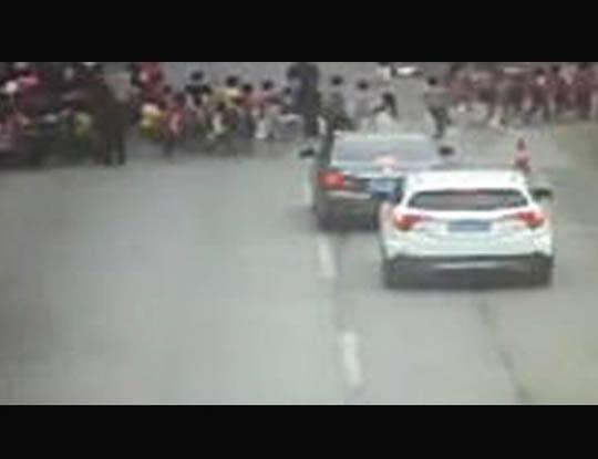 【衝撃映像】下校途中の小学生の列に突っ込む暴走トラックが鬼畜過ぎる・・・ ※動画あり
