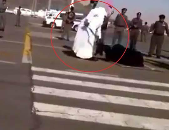 【女 斬首】海外の処刑シリーズ 道路の真ん中で大きな剣で首を切断される女の子編 ※グロ動画
