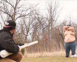【おもしろ映像】デブの装甲を舐めるなよ!たるんだブヨ腹をペイントボールバズーカーで撃った瞬間が草w