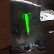 【おもしろ映像】SFとかでありそうなレーザー防衛装置を実際に作ってテストしてみたよ!レーザーの切れ味凄すぎぃwww
