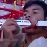 【謎儀式】お口の中がナイフ祭りで血まみれになってる男性を見て感情移入するスレはこちらwww ※グロ動画