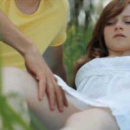 【マンコ】この女の子のクリトリス弄って感じさせるとどうなると思う??? 煙出まくってイッてたンゴwww ※おもしろ動画