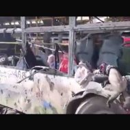 【自爆テロ】危険地帯のシリアから避難するためにバスに乗った難民さん達 爆発して112名死んだ現場が壮絶過ぎる・・・ ※グロ動画