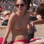 【10代の裸体】おっぱい丸出し少女がビーチで乳首チェックしてんやが ここヌーディストビーチとは違うんですがいいんですかーいwww ※エロ動画