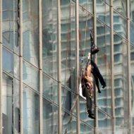 【風の悪戯】強風時に高層ビルの窓掃除したらどうなると思う?風に弄ばれてガラスに叩きつけられて3人殺されるタマヒュン映像はこちら ※グロ動画