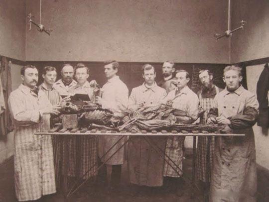 【解剖風景】200年ぐらい前の解剖風景って見たことある???? ※グロ画像
