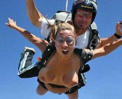 【女の子 全裸】美女「全裸でスカイダイビングするよ!」→空気抵抗を受けたおっぱいの変形加減をご覧くださいw ※エロ動画