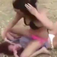 【ビッチ喧嘩】水着まんさんの浜辺でキャットファイトおっぱじめてんやがw見てるこっちは喧嘩内容より乳揺れにしか興味無かった件w ※衝撃映像