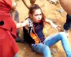 【少女 血】強制退去を命じられた村人さん達 警察さんキレさせてしまい発砲され少女の顔を血だらけにする痛恨のミス ※グロ動画