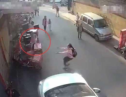 【自殺 子供】通学途中ののJCさん 3階から飛び落りた赤ちゃんキャッチしようとするも失敗して感情を失う・・・ ※衝撃映像