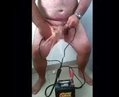 【ドMの性癖】キンタマにガチ電気ショックを与えて性的興奮しちゃう変態おじさんがほんと草場えるwww ※おもしろ動画
