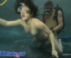 【水中セックス】水の中で裸の女と男が出会ってしまったら一体どうなってしまうんですか? そのままズッコンバッコンやるねんなw ※無修正エロ動画