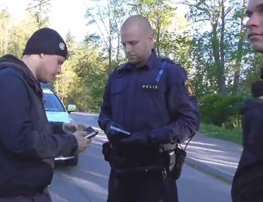 【難民問題】北欧に移住してきたイスラム教徒さん 宣伝カー用意して爆音放送するも警察さんに本気で怒られるw ※衝撃映像