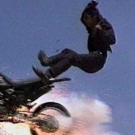 【一部始終】走ってるトラックの荷台に侵入しようとした泥棒さん バイクを使って映画並みのスタントを披露するもみんな落ちていくハプニングw ※衝撃映像