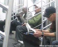 【マジキチ】地下鉄で靴舐めおじさんに出会ったけど 他の乗客ノータッチやねんけどこれって普通のことなんか? ※おもしろ映像