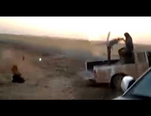 【処刑映像】か弱い人間を機関銃で処刑してみたら一体どうなるの?肉片飛び散りながら血の霧が発生する模様 ※グロ動画