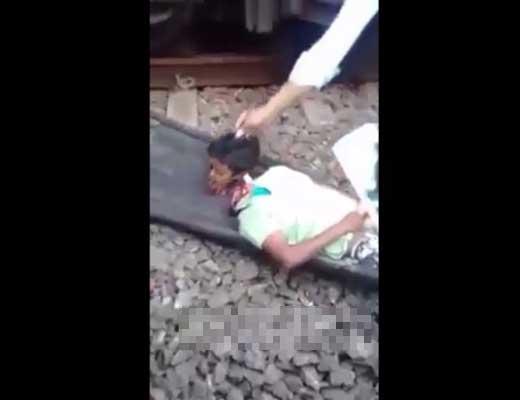 【死体 轢断】少年さん 初めての電車で乗り方が分からずにそのまま轢かれて頭と体がバラされるハプニング ※グロ動画