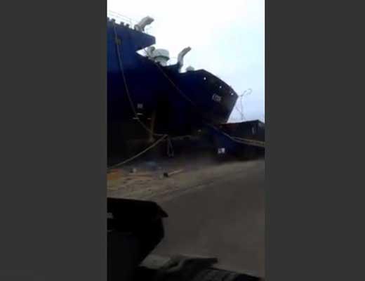 【事故】超大型フェリーが港で事故っていっぱいコンテナ潰して大惨事の現場 完全に無理ゲーってなる一部始終をご覧下さいw ※衝撃映像