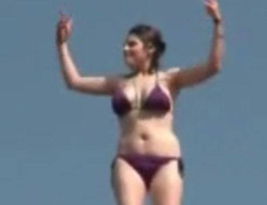 【事故】おっぱいデカい水着のかわいい女の子が酔っ払って崖登って川にダイブ! → 意識不明の重体に…
