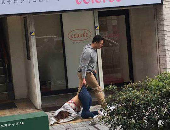 【悲報】女さん、駅前でボコボコにされ引きづられるのが撮影されるwww ※衝撃画像
