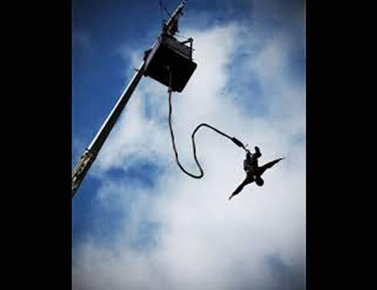 【恐すぎぃ!】NOOOOOO!!!バンジージャンプで紐が切れて知人が目の前で地面に激突して死亡…